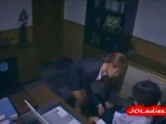 Signora dell'ufficio in ginocchio dando pompino ottenere il suo bocca scopata dal suo boss in ufficio