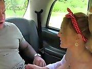Huge tits chauffeur de taxi suce et baise en public