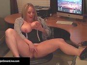 Office Slut Maggie Green Bangs ihre Pussy mit einem Dick Dildo!