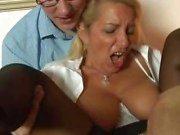 Caliente de blonde madurez German recibe dos viejos chicos que golpean ambos orificios