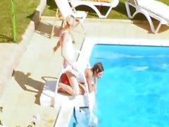 Tres polluelos golpearse la secreta en la piscina