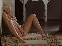 Blondine Griffweise die Vagina auf ihrer neuen Wohnung