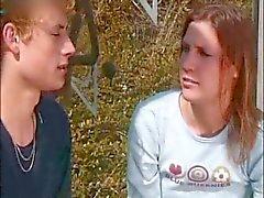 Jong paar maken liefde buitenshuis in het bos