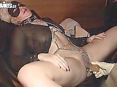 Blond Babe wird ihrer Muschi durch eine verworrenes Mädchen dildoed