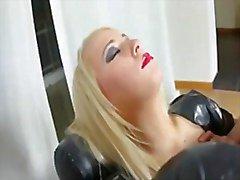 Muchacha adolescente rubia calor en látex follado