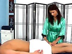 Tettona del brunette masseuse mostra il