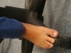 Istantanea piedi delicati e puzzolenti per lavori inclusa soles candido in autobus