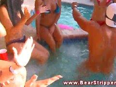 CFNM Chupada Oral fiesta en la piscina para la de los putas cachondas