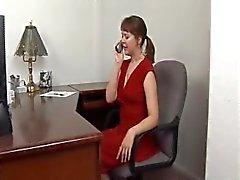 kuumaa MILF sitoutuneen sekä esti Andreassenia puhumasta punainen mekko