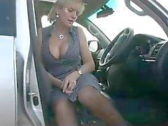 Rondborstige in Kousen in de auto