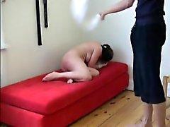 Cruel piiskaus Liza märällä pyyhkeellä