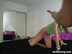 Kelli бравируя ее милый синицы
