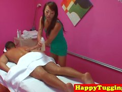A tirare Masseuse asiatica catturati su hiddencam