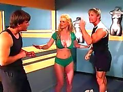 Blonde met grote tieten in trio met twee jongens op Gym