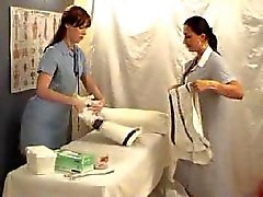 Två lesbiska tjejer som spelar doktorn - stolpiller