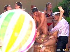 Bikini- Mädchen Dani Daniels und Monique Alexander Freien dicked zu bekommen