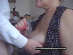 Reife Hausfrau nimmt einen riesigen oral Sahnetorte für Bargeld