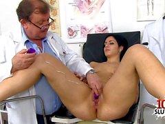 Brunette Doktor klaffende mit Cumshot