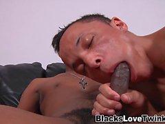 Twink reitet BBC für cum clip