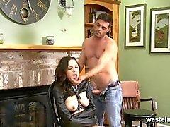 Zurückgehaltene Brünette in Leder gerade Jacke saugt ihren Master-Hahn