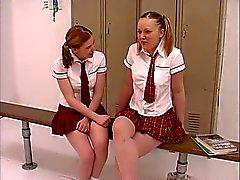 Kaksi teini tortut vuonna koulutyttö univormut saavat freak vuonnapukuhuoneessa