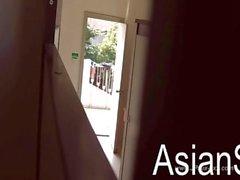 gucken chinese Mädchen kommen in auf die Toilette zu 1