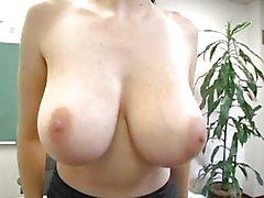 Büyük göğüslü seksi öğretmen şeritler ve masturbates