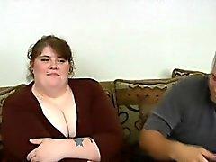 Übergewichtige Schlampe ruft ihre saubere rasierte Muschi genagelt auf Kamera