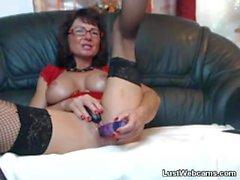 Busty mature se masturbe avec des jouets sexuels sur webcam