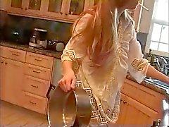 Mamma i köket ( rökning fetisch rollspel , mjukporr )