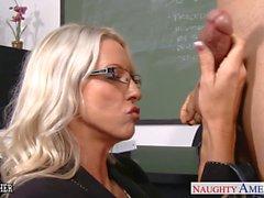 El maestro Sex Emma Starr toma cock en la clase
