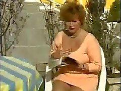 Natte Oudere vrouw masturberen in de tuin door snahbrandy