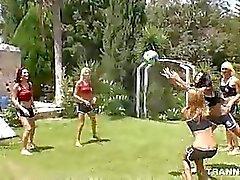 Volleyball Spiel verwandelt sich in Dampfenden Sechs Transen Shemale Gruppensex Sex zu eins Glückliche Dde