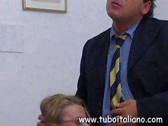 Italienischer blondes sinkt auf seinen harten Schwanz und saugt zum Ficksahne