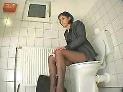 моя двоюродная сестра в ванной , прежде чем функции визитом предпочитает тучных