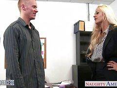 Chesty bebeđim Holly Kalp ofisinde çivilenmiş alır
