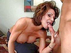 Горячие мамочка Deauxma подает ей рот с сочным петуха, она реально любит очень много