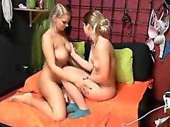 Lesbiennes teen chauds attachés sur la webcam