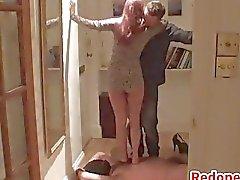 Redhead Misshandlungen ihren Ehemann