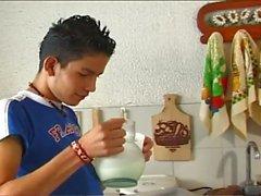 Homosexuell Lateinamerikanisch boys zu kochen etwas anderem in der Küche