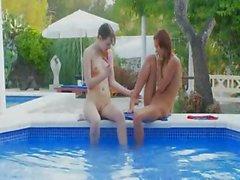 Lesbs húmedas kissing de la piscina