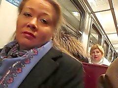 tyttö vilkkuu verkkosukat junassa