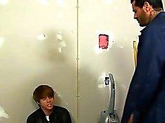 Twink görüntü Kyler Moss'un yönelik hademe bir odaya gizlice sokulur