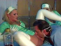 Infirmières et infirmiers baisent en uniforme en latex