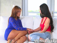 Kinky äiti ja lesbo teini pelata seksilelu sohvalla