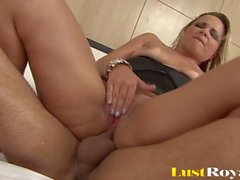 Bubble Butt Blonde Latina prend une Baise Hardcore