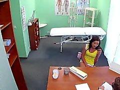 Läkarundersökning som Voyeur Särskilda kul med ett sexigt eurobabe