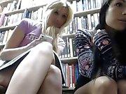 2 coquines dans une bibliotheque