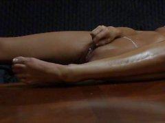 Frau masturbiert lang und langsam allein zu Hause