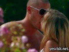 Sexy blonde babe Alanna Anderson seks in de buitenlucht en jizzed op